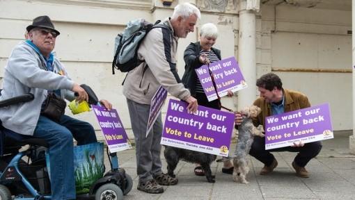 Les partisans du parti de l'indépendance du Royaume Uni attendent l'arrivée de Nigel Farage lors de la campagne en faveur du Brexit, le 13 juin 2016 (Crédit : AFP PHOTO / CHRIS J RATCLIFFE)