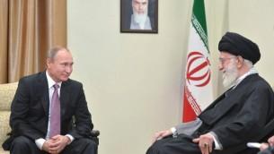 Le président russe Vladimir Poutine, à gauche, avec le Guide suprême iranien, l'ayatollah Ali Khamenei, à Téhéran, le 23 novembre 2015. (Crédit : Alexei Druzhinin/Sputnik/AFP)