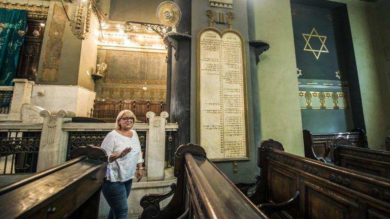 La présidente de la Communauté juive égyptienne, Magda Shehata Haroun, dans la synagogue Cha'ar Hachamaïm du Caire, le 3 octobre 2016. (Crédit : Khaled Desouki/AFP)