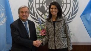 Antonio Guterres, secrétaire général des Nations unies, et Nikki Haley, ambassadrice des Etats-Unis, à New York, le 27 janvier 2017. (Crédit : Bryan R. Smith/AFP)