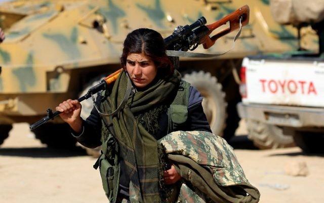 Une combattante kurde des Forces démocratiques syriennes (FDS) dans le village de Sabah al-Khayr, le 21 février 2017. (Crédit : Delil Souleiman/AFP)
