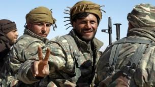 Membres des Forces démocratiques syriennes (FDS) dans le village de Sabah al-Khayr, le 21 février 2017. (Crédit : Delil Souleiman/AFP)