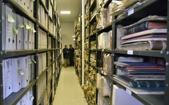 Edgar Ramirez, le chef des archives de la société minière bolivienne COMIBOL, a dévoilé des documents révélant que le baron de l'étain juif-allemand Mauricio Hochschild a aidé des milliers de Juifs à échapper au nazisme, à El Alto, en Bolivie, le 19 janvier 2017. (Crédit : AFP /AIZAR RALDES)
