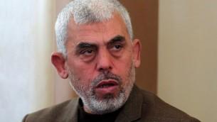 Yahya Sinwar, le nouveau chef du Hamas à Gaza, pendant l'inauguration d'une mosquée à Rafah, dans le sud de la bande de Gaza, le 24 février 2017. (Crédit : Said Khatib/AFP)