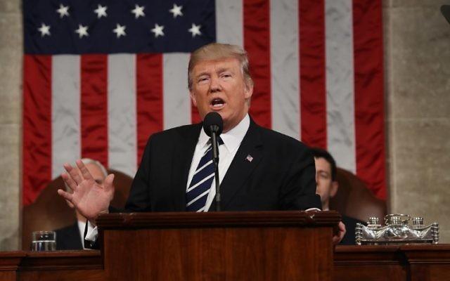 Le président américain Donald J. Trump pendant son premier discours devant le Congrès, à la Chambre des représentants, à Washington, D.C., le 28 février 2017. (Crédit : Jim Lo Scalzo/Pool/AFP)