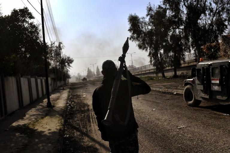 Les forces irakiennes affrontent les combattants de l'Etat islamique à Mossoul, le 5 mars 2017. (Crédit : Aris Messinis/AFP)