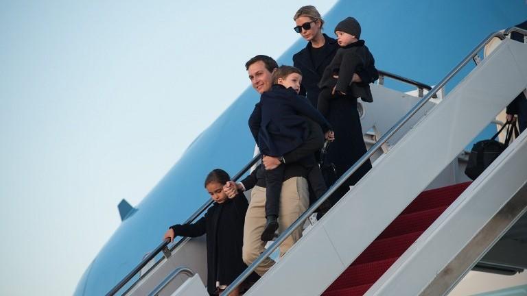 Jared Kushner et son épouse Ivanka Trump avec leurs enfants, Arabella, à gauche, Joseph, au centre, et Theodore sur la base de l'armée de l'air américaine d'Andrews dans le Maryland, le 5 mars 2017. (Crédit : Nicholas Kamm/AFP)