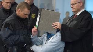 L'accusé Justin S., au centre, pendant le procès du groupe Freital à Dresde, en Allemagne de l'Est, le 7 mars 2017. (Crédit : Sebastian Kahnert/AFP)