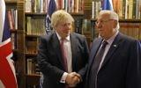 Boris Johnson, secrétaire d'Etat britannique, et le président Reuven Rivlin à Jérusalem, le 8 mars 2017. (Crédit : Ronen Zvulun/Pool/AFP)