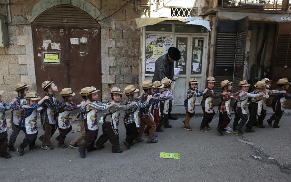Des enfants ultra-orthodoxes déguisés pendant la célébration de Pourim dans leur école, quatre jours avant la date officielle de la fête, dans le quartier juif ultra-orthodoxe de Mea Shearim, à Jérusalem, le 8 mars 2017. (Crédit : Menahem Kahana/AFP)