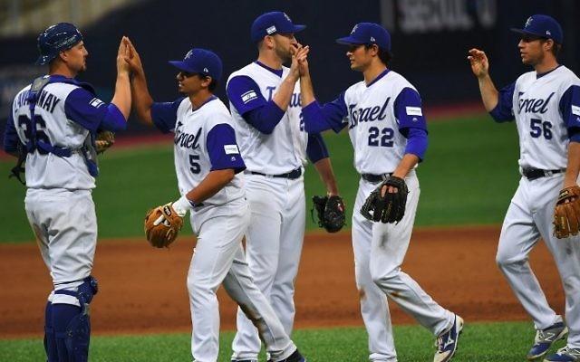 L'équipe nationale de baseball israélienne après sa victoire contre les Pays-Bas lors de la  World Baseball Classic au Gocheok Sky Dome de Séoul, le 9 mars 2017. (Crédit : Jung Yeon-Je/AFP)