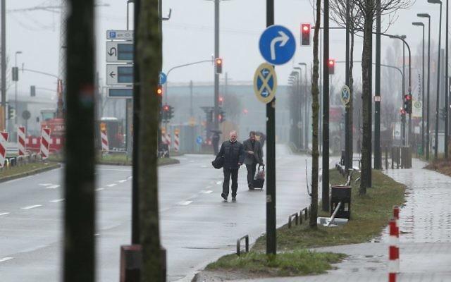 Evacuation près du site de découverte d'une bombe datant de la Seconde Guerre mondiale à Düsseldorf, en Allemagne, le 9 mars 2017. (Crédit : David Young/AFP)