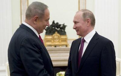 Le Premier ministre Benjamin Netanyahu avec le président russe Vladimir Poutine lors de leur rencontre à Moscou, le 9 mars 2017. (Crédit : Pavel Golovkin/Pool/AFP)