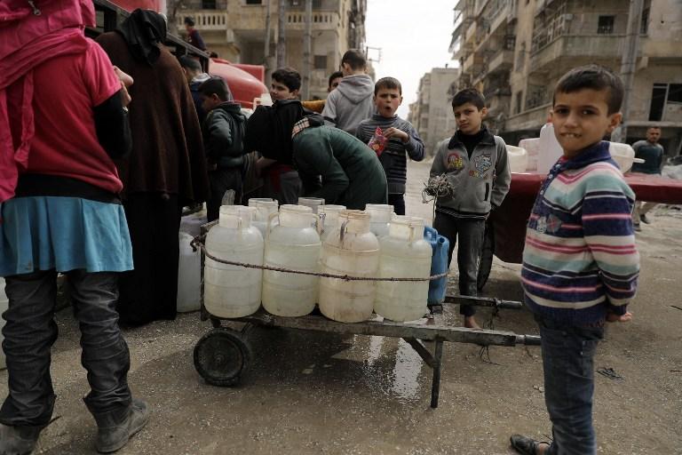 Queue au réservoir d'eau du quartier de Chaar à Alep, autrefois aux mains des rebelles, le 9 mars 2017. (Crédit : Joseph Eid/AFP)