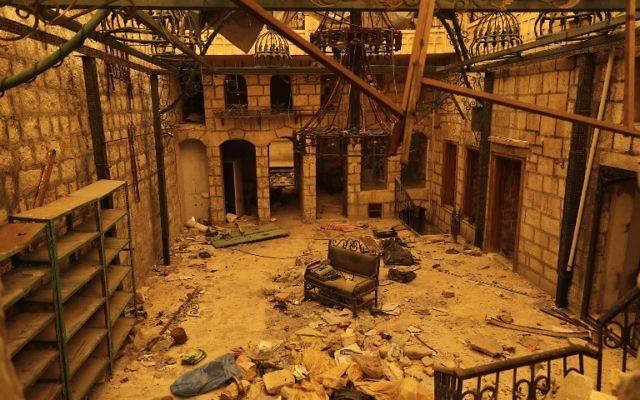 Le quartier détruit de Bab al-Nasr à Alep, autrefois aux mains des rebelles, pendant une tempête de sable, le 10 mars 2017. (Crédit : Joseph Eid/AFP)