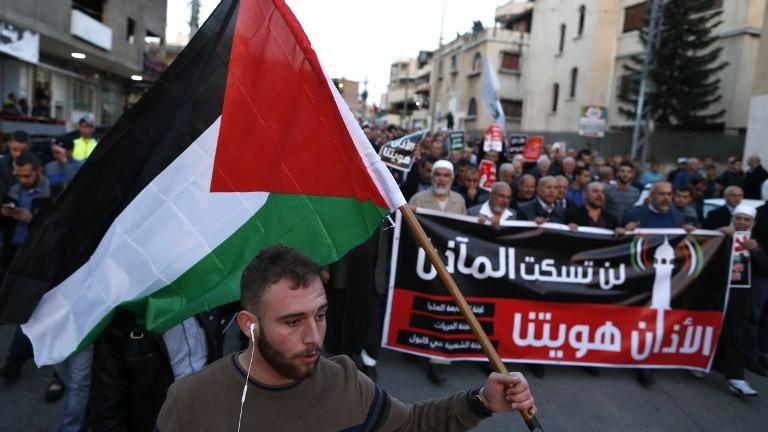Manifestation d'Arabes israéliens contre le projet de loi sur les muezzins dans la ville arabe de Kabul, dans le nord d'Israël, le 11 mars 2017. (Crédit : Ahmad Gharabli/AFP)