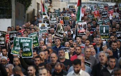 Manifestation d'Arabes israéliens contre le projet de loi sur les muezzins dans la ville arabe de Kabul, dans le nord d'Israël, le 11 mars 2017. Illustration. (Crédit : Ahmad Gharabli/AFP)