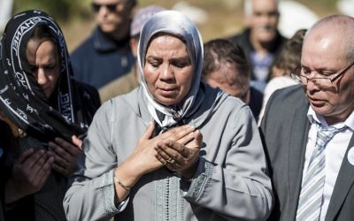 Latifa Ibn Ziaten, au centre, présidente de l'association IMAD et mère d'Imad Ibn Ziaten, soldat français assassiné par Mohamed Merah en 2012, pendant la cérémonie d'hommage à son fils, au Maroc, à M'diq, le 11 mars 2017. (Crédit : Fadel Senna/AFP)