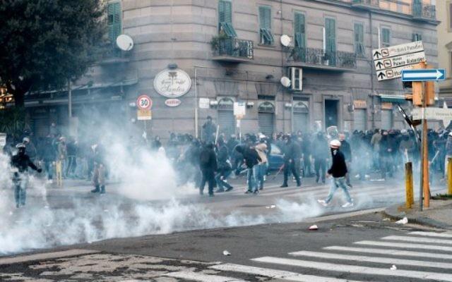 Affrontements entre manifestants et policiers dans un quartier de Fuirigrotta durant un rassemblement organisé pour protester contre le meeting politique de Matteo Salvini, le secrétaire général du parti d'extrême droite italienne Lega Nord, le 11 mars 2017 à Naples. (Crédit : AFP PHOTO/Eliano IMPERATO)