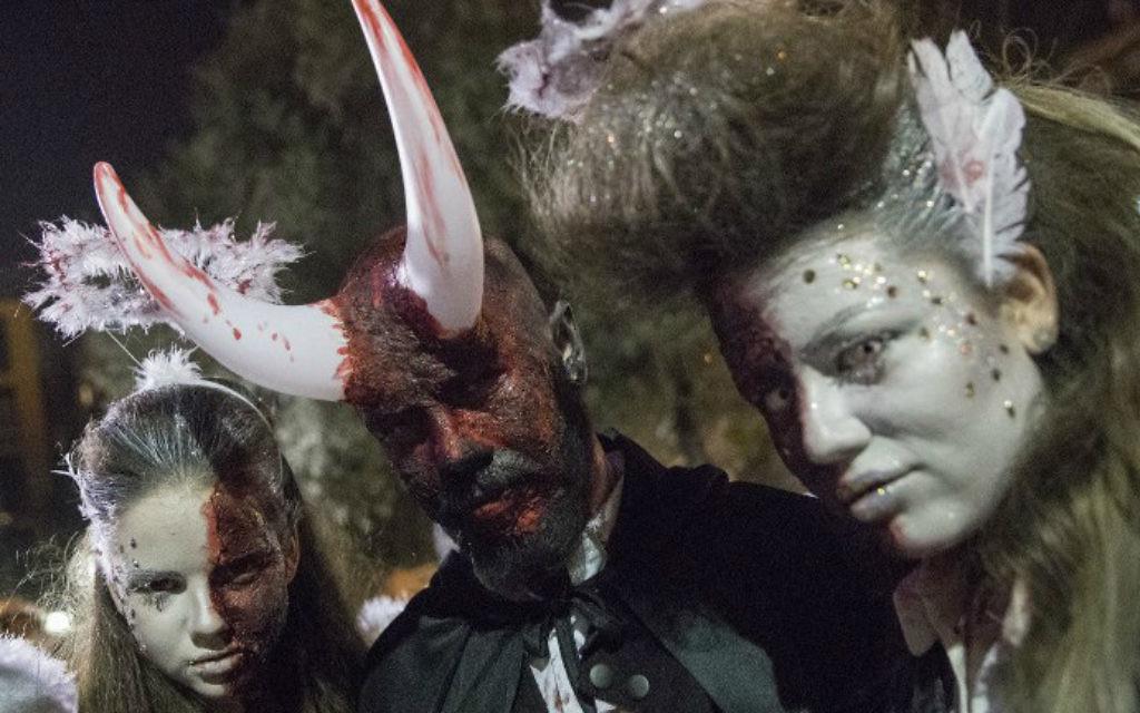 Des Israéliens maquillés et déguisés pour Pourim, à Tel Aviv, le 11 mars 2017. (Crédit : Jack Guez/AFP)