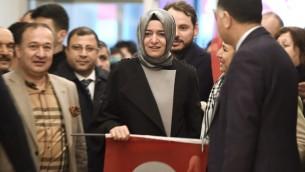 La ministre turque de la Famille, Fatma Betul Sayan Kaya, au centre, à son arrivée à l'aéroport Atatürk d'Istanbul après son expulsion des Pays-Bas, le 12 mars 2017. (Crédit : Ozan Kose/AFP)