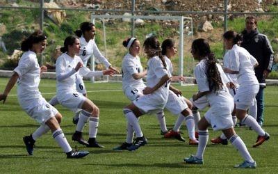 Des footballeuses jordaniennes à Amman, le 11 mars 2017. (Crédit : Khalil Mazraawi/AFP)
