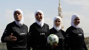 Arbitres d'un match de football féminin à Amman, en Jordanie, le 11 mars 2017. (Crédit : Khalil Mazraawi/AFP)