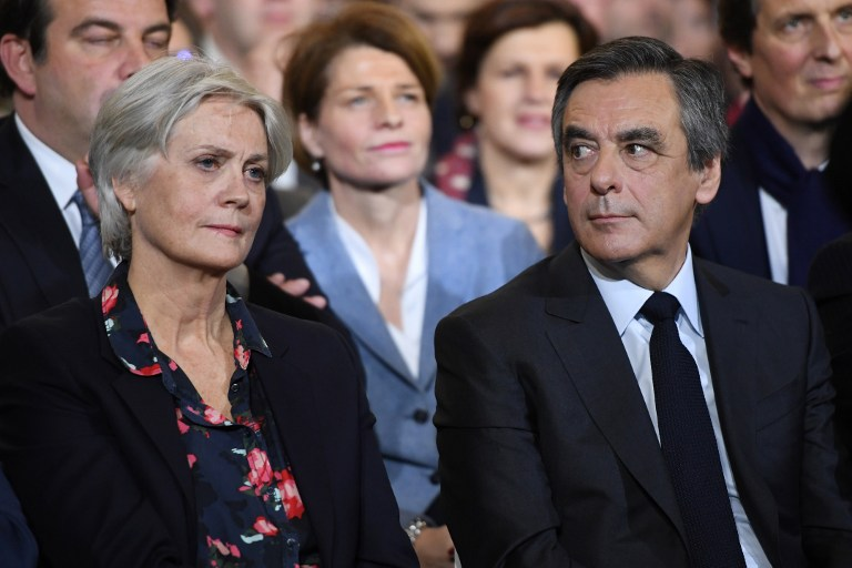 François Fillon et son épouse Penelope pendant un meeting électoral à Paris, le 29 janvier 2017. (Crédit : Eric Feferberg/AFP)