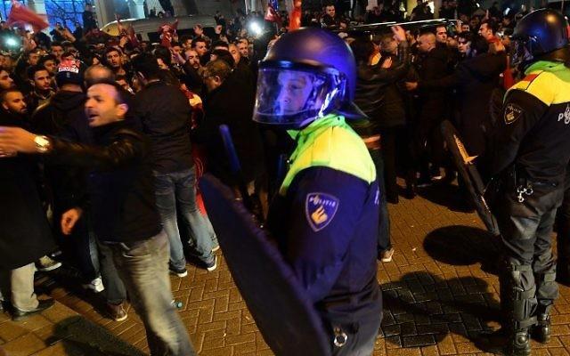 Manifestation devant le consulat de la Turquie à Rotterdam, aux Pays-Bas, le 11 mars 2017. (Crédit : Emmanuel Dunand/AFP)