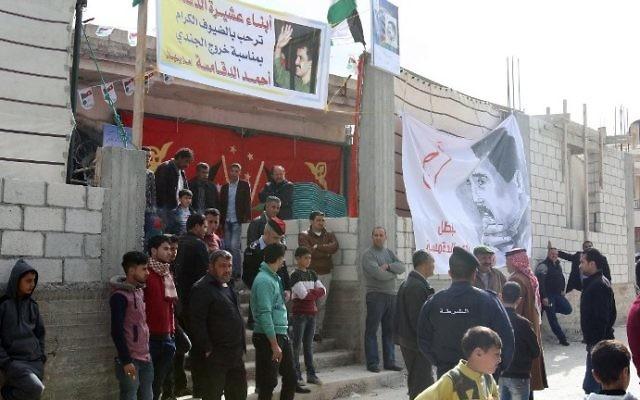 La famille et les amis d'Ahmad Dakamseh à Irbid, son village natal de Jordanie, après sa libération de prison, le 12 mars 2017. (Crédit: Khalil Mazraawi/AFP)