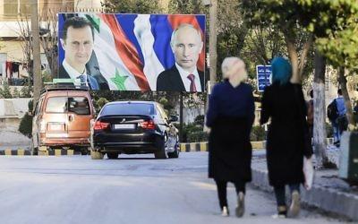 Une affiche géante de Bashar el-Assad et de Vladimir Poutine à Alep, le 9 mars 2017. (Crédit : Joseph Eid/AFP)
