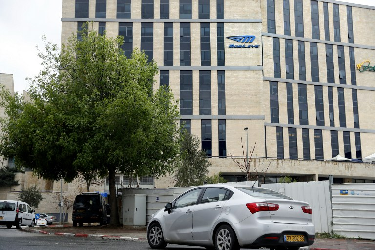 Une voiture passe devant les bureaux de l'entreprise automobile israélienne Mobileye à Jérusalem le 13 mars 2017 (Crédit : Thomas Coex/ AFP)