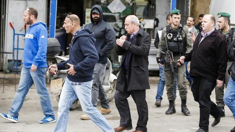 Les forces de sécurité israéliennes ont arrêté Khalil Tufakji, chercheur et cartographe palestinien, dans le quartier Beit Hanina de Jérusalem Est pendant la fermeture d'un bureau qui serait utilisé par l'Autorité palestinienne pour suivre les ventes de terrain des habitants de Jérusalem Est aux Juifs, le 14 mars 2017. (Crédit : Ahmad Gharabli/AFP)