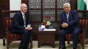 Le président de l'Autorité palestinienne Mahmoud Abbas, à droite, avec Jason Greenblatt, représentant spécial pour les négociations internationales du président Trump, à Ramallah, le 14 mars 2017. (Crédit : Abbas Momani/AFP)