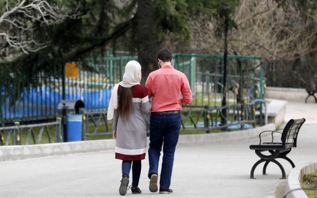 Un couple iranien à Téhéran, le 14 mars 2017. (Crédit : Atta Kenare/AFP)