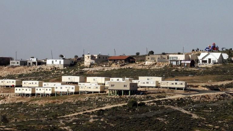 Une image du village palestinien de Sair montre l'implantation israélienne de Metzad le 15 mars 2017 (Crédit :  AFP Photo/Hazem Bader)