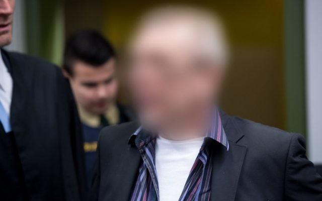 """Andreas H. à son arrivée au tribunal de Munich où il est jugé dans le cadre de l'affaire """"Oldschool Society"""", le 15 mars 2017. (Crédit : Sven Hoppe/dpa/AFP)"""