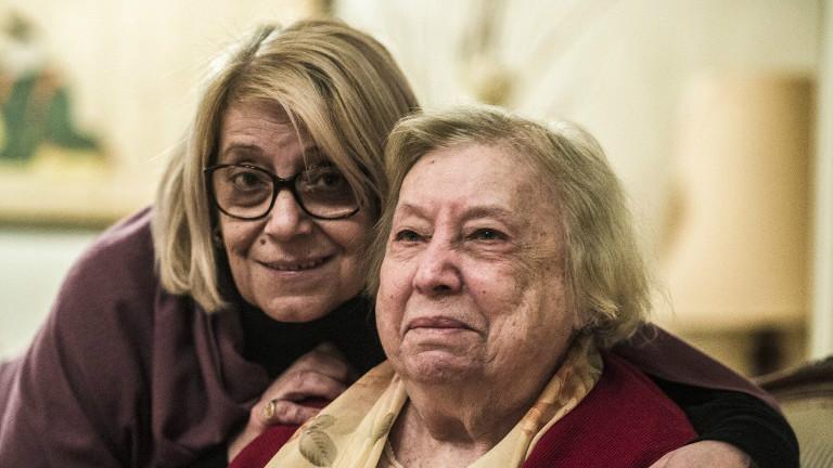 La présidente de la Communauté juive égyptienne, Magda Shehata Haroun, à gauche, et sa mère Marcelle Haroun, dans leur maison du Caire, le 11 février 2017. (Crédit : Khaled Desouki/AFP)