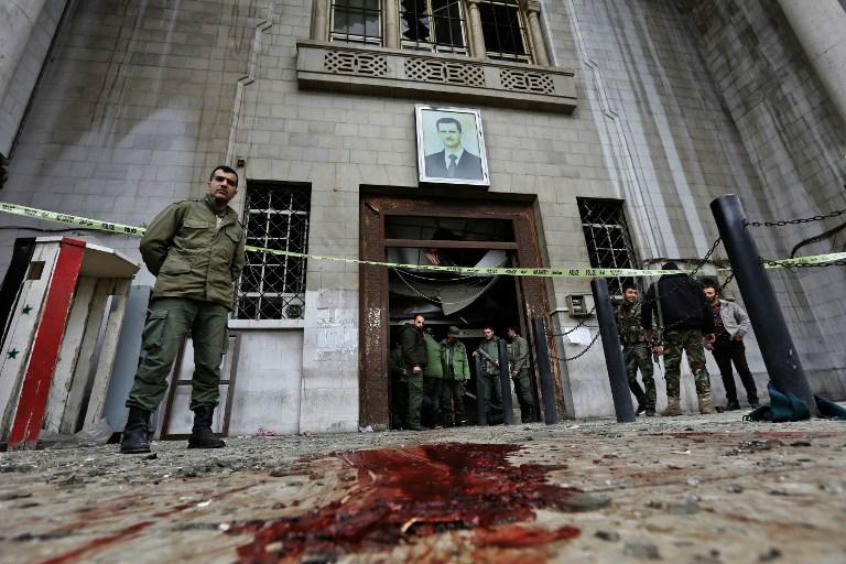 Les forces de sécurité syriennes sur les lieux d'un attentat suicide dans l'ancien palais de justice de Damas, en Syrie, le 15 mars 2017. (Crédit : Louai Beshara/AFP)