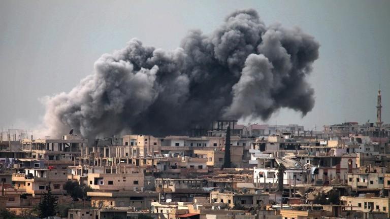Frappes aériennes dans un quartier détenu par les rebelles dans la ville de Daraa, dans le sud de la Syrie, le 16 mars 2017. Illustration. (Crédit : Mohamad Abazeed/AFP)