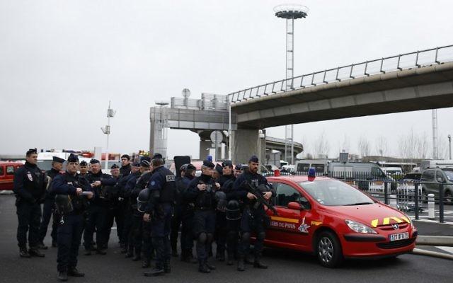 Des policiers français sécurisent la zone du Terminal Sud de l'aéroport d'Orly après une tentative d'attaque terroriste, le 18 mars 2017. (Crédit : Benjamin Cremel/AFP)