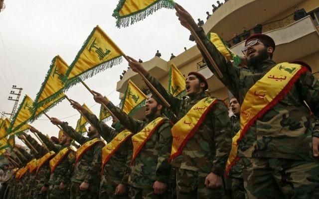 Des combattants du groupe terroriste chiite libanais du Hezbollah pendant les funérailles d'un membre du groupe mort aux combats en Syrie, dans le sud du Liban, à Kfar Hatta, le 18 mars 2017. (Crédit : Mahmoud Zayyat/AFP)