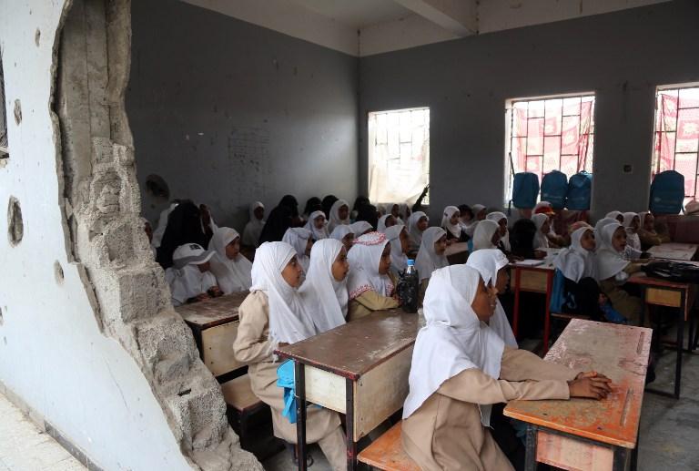 Des enfants yéménites dans une classe abîmée par les combats de la guerre civile d'une école de la ville portuaire de Hodeidah, au Yémen, le 15 mars 2017. (Crédit : Stringer/AFP)