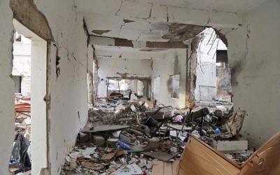 Une école détruite par une frappe aérienne dans la ville de Taëz, dans le sud du Yémen, le 16 mars 2017. (Crédit : Ahmad Al-Basha/AFP)