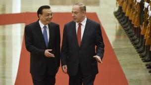 Le Premier ministre Benjamin Netanyahu discute avec son homologue chinois Li Keqiang , à gauche, durant une cérémonie d'accueil au Palais de l'Assemblée du Peuple à Pékin, le 20 mars 2017.   (Crédit : AFP Photo/Wang Zhao)