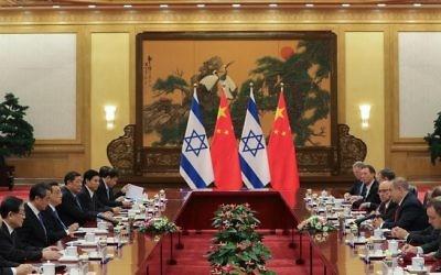 Le Premier ministre chinois Li Keqiang, 4e à gauche, et le Premier ministre Benjamin Netanyahu, 3e à droite, au Palais de l'Assemblée du Peuple, à Pékin, le 20 mars 2017. (Crédit : Lintao Zhang/Pool/AFP)