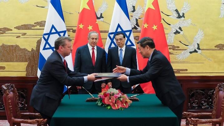Le Premier ministre chinois Li Keqiang, 2e à droite, et le Premier ministre Benjamin Netanyahu, 2e à gauche, au Palais de l'Assemblée du Peuple, à Pékin, le 20 mars 2017. (Crédit : Lintao Zhang/Pool/AFP)