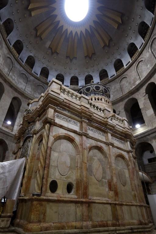L'Edicule du Tombeau de Jésus après sa restauration, dans l'église du Saint-Sépulcre de la Vieille Ville de Jérusalem, le 21 mars 2017. (Crédit : Gali Tibbon/AFP)