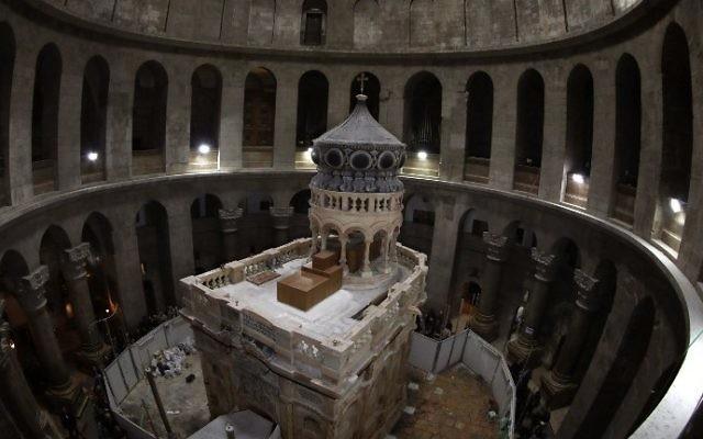 L'Edicule du Tombeau de Jésus-Christ, où son corps aurait reposé,dans l'église du Saint-Sépulcre de la Vieille Ville de Jérusalem, le 20 mars 2017. (Crédit : Gali Tibbon/AFP)