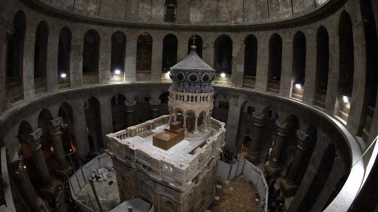 L'Edicule du Tombeau de Jésus-Christ, où son corps aurait reposé, dans l'église du Saint-Sépulcre de la Vieille Ville de Jérusalem, le 20 mars 2017. (Crédit : Gali Tibbon/AFP)